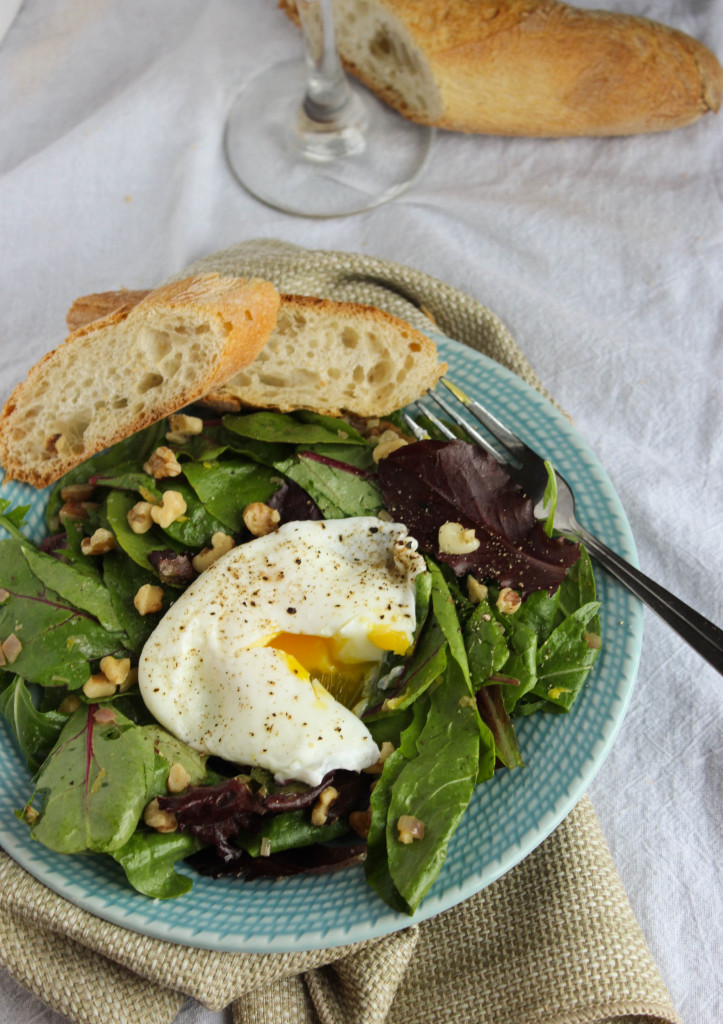 salade lyonnaise with wine and baguette