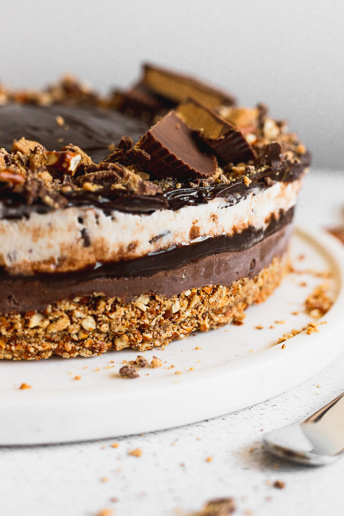 peanut butter cup ice cream cake from the side with the layers of fudge